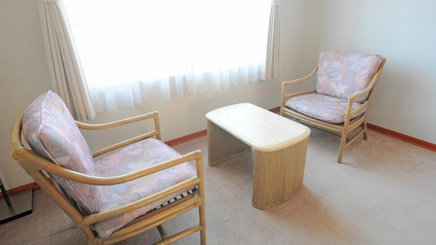 【客室】洋室の椅子とテーブル