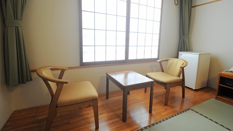 【客室】和室の椅子とテーブル