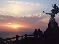 潮騒の像と夕陽