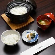 *【夕食一例】宮崎産ヒノヒカリ米を土鍋で炊いた≪ご飯≫。≪蕎麦団子≫と共にどうぞ
