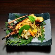 *【夕食一例 】日向灘産の≪伊勢海老の鬼殻焼≫と宮崎地鶏の≪地頭鶏≫の焼物