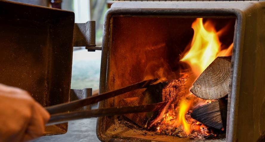 *【ロビー】パチパチと燃える薪の燃える音や、薪の燃えるふわっと懐かしい甘い香りに癒されます。