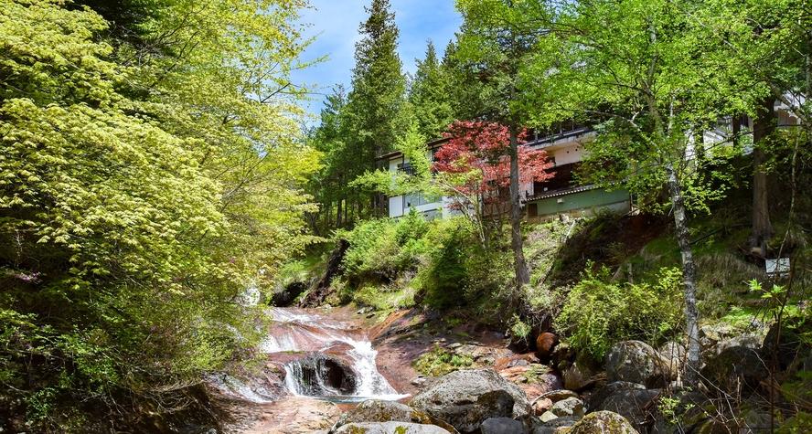 *【外観】おしどり隠しの滝の真横に位置する湯治場として栄えました。