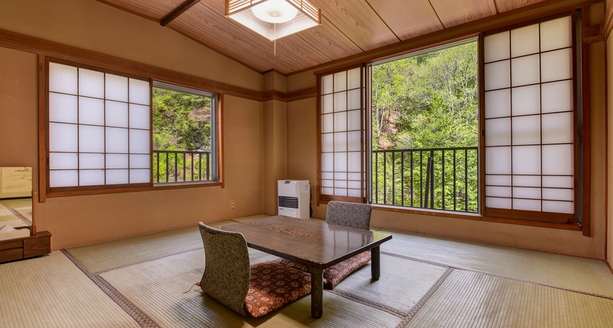 *【和室8畳(滝・渓流側)】おしどり隠しの滝を一望できるお部屋です。