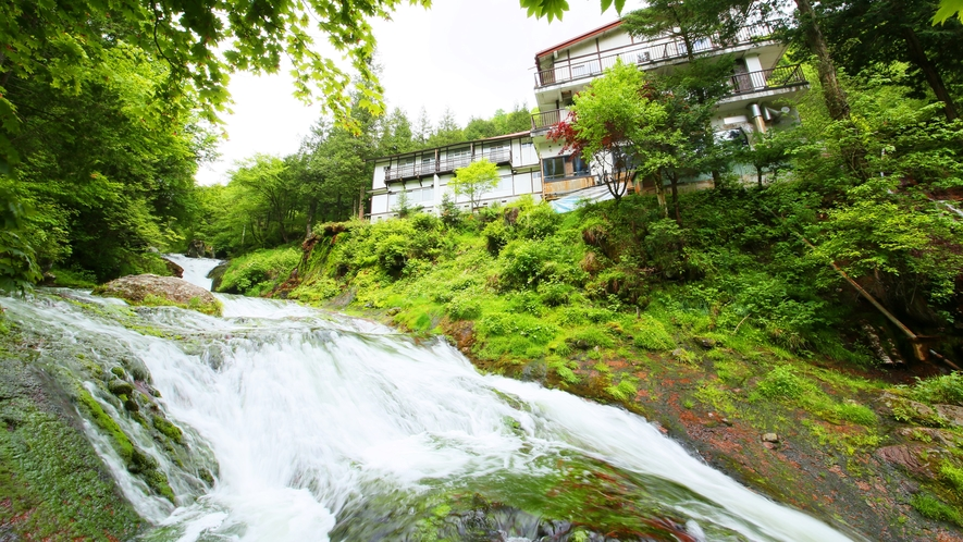 *【外観】渓流と明治温泉