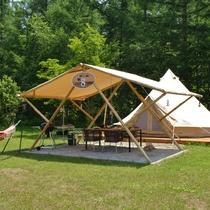 木組みのタープとグランピングテント