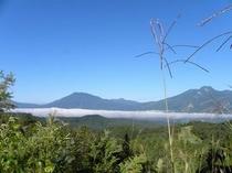 秋晴れの空と妙高山・黒姫山