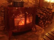 赤々と燃える薪ストーブ