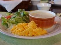今日の朝食はスクランブルエッグとロールキャベツ.jpg