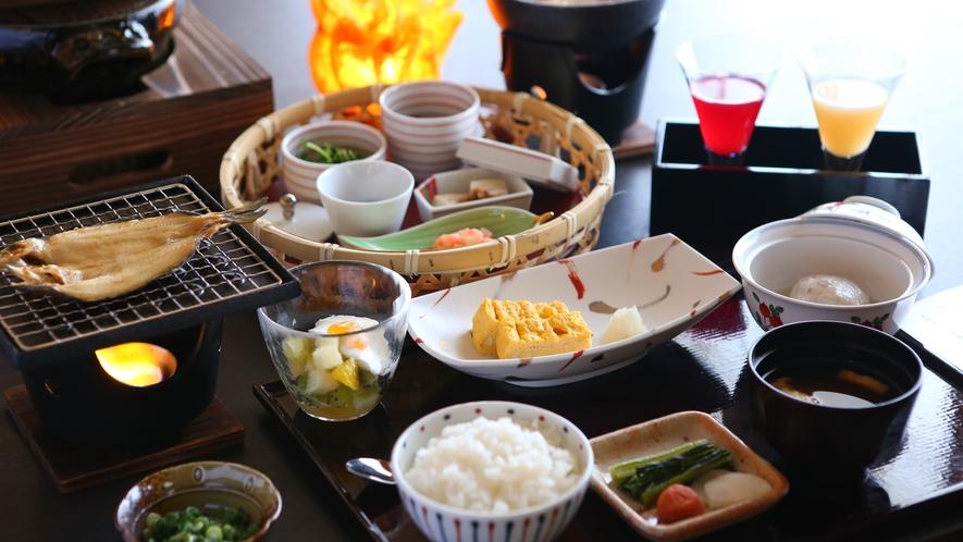 【ご朝食】アートランプに包まれたお食事処にて