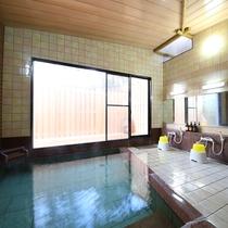 【月の湯】併設の内風呂 源泉かけ流しで美肌効果のあるお湯。男女入れ替え制でそれぞれ露天風呂併設です。