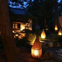 幻想的な雰囲気に包まれた中庭