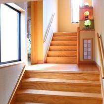 2階へ続く階段。お足もとにご注意ください