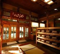 姉妹館「よろづや」クラシックな桃山風呂脱衣室:欅の寄木細工の床が素足に心地よい