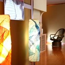 館内の至る所には色とりどりのアートランプが