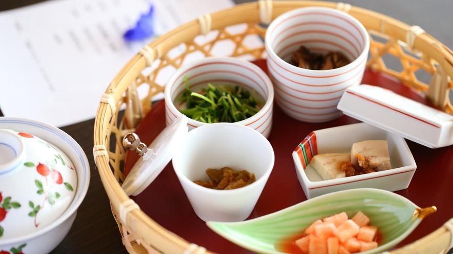 【ご朝食】山の幸がたくさんの朝食 イメージ   【ご朝食】美味しいと評判の地元木島平産こしひかりを使