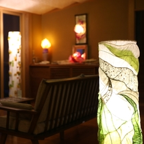 色とりどりのやさしい明りを放つアートランプで心も癒されます