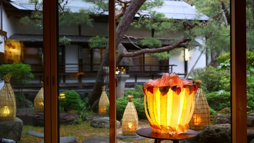 入り口でお出迎えする、オレンジ色の大きなランプシェード