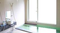 明るく清潔をモットーにした入浴空間