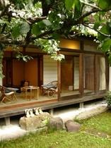 部屋:特別室「館山荘」庭から2
