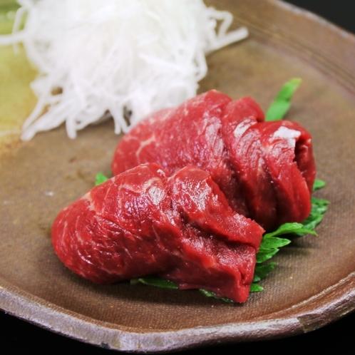 【夕食】肉厚な馬刺し