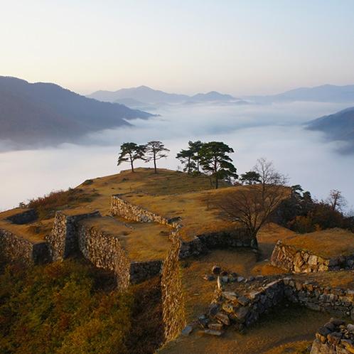 【竹田城跡】日本のマチュピチュ、天空の城として有名な日本屈指の山城遺構(当館より車で約85分)