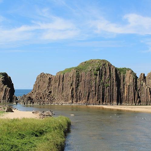 【立岩】山陰海岸ジオパークスポット!高さ約20mの自然岩が見事(当館より車で約45分)