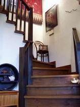 *フロントから2階への階段付近