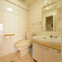 *【客室】独立洗面台付の洗面室・トイレ!ホテル滞在中は何かと便利です!