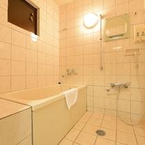 *【客室】(3LDK)浴槽とシャワーが離れた広め浴室!シャワーは2ハンドルじゃないのでお子様でも安心