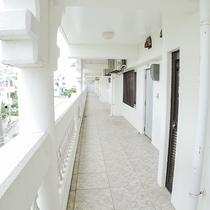 *施設/青い海が見渡せるホテルの外観は真っ白。まさにリゾート気分!