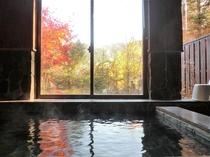 紅葉の展望風呂