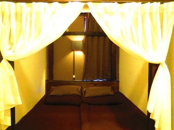 個室 ツインルーム1号室 寝心地の良いマットレスと雰囲気のあるお部屋
