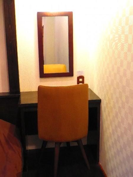 個室 プバス内にある鏡台
