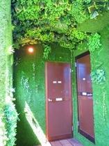 緑の中のシャワールーム