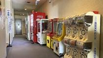 館内/自動販売機やガチャガチャもございます。