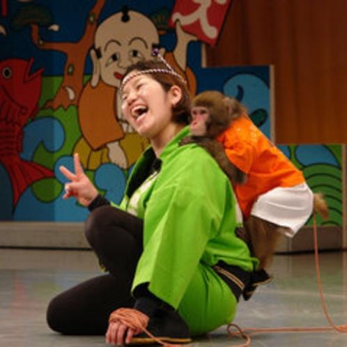 人気の猿まわし劇場