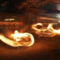 炎による幻想的な空間が作り出される『火振り神事』