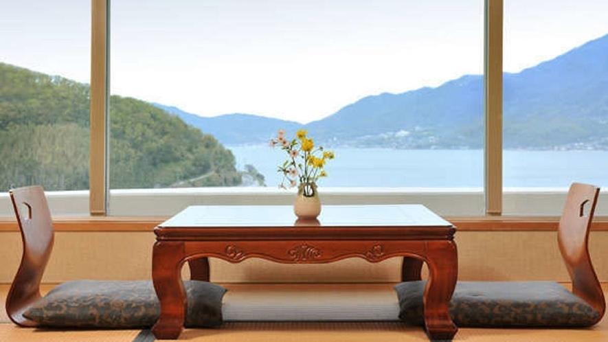 客室は全室オーシャンビュー。空と海の青、山の緑の美しいコントラストをご覧いただけます。