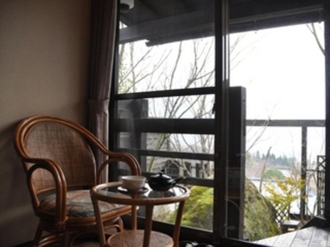 露天風呂付客 イメージ 白 椅子