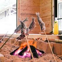 囲炉裏で焼いて食べると格別です!