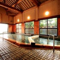 広々とした共用の大浴場。床は木造りの不思議な感触
