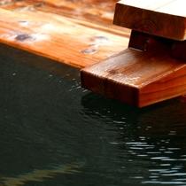 トロリとした泉質が自慢。菊鹿温泉のお湯がコンコンと浴槽へ注がれています。