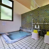 *小浴場/泉質は刺激が少ないナトリウム塩化物泉。やわらかいお湯とかすかな硫黄の香りに癒されて。