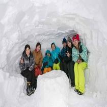*雪国体験/ソリや雪合戦などの雪あそびを楽しんだあとは、かまくらの中で一休み!