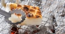 *【朝食一例】新潟のお餅を囲炉裏で焼きながら、朝食をお楽しみください。