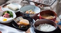*【朝食一例】山川の恵みがつまった、田舎料理風の朝ごはんです。
