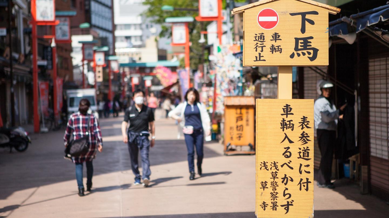 *浅草寺周辺には下町の風景が今も残っています