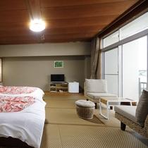 和室にベッドの部屋(右)