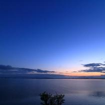 空と湖の画像